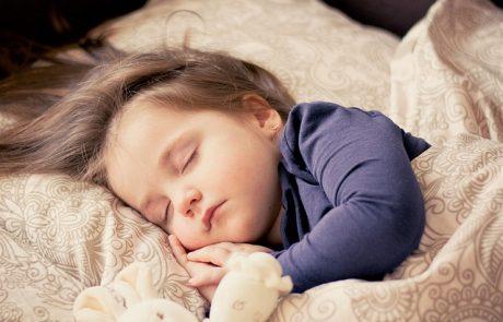 באיזה גיל עלולות להתחיל הפרעות שינה