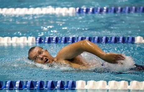 הקשר בין עבודת רגליים נכונה לשחייה