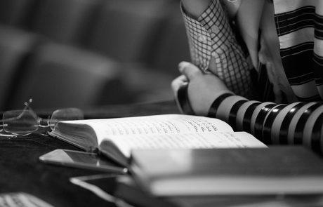 כיצד מברכים כשמניחים תפילין?